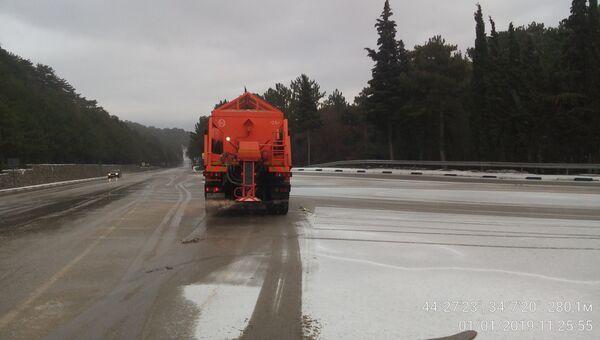 Снегоуборочная техника на крымских дорогах