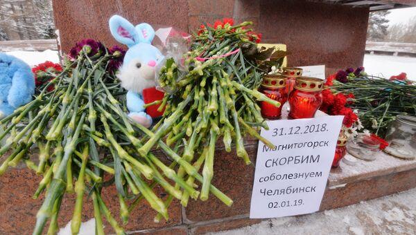 Цветы, игрушки и свечи у памятника Орлёнок в Челябинске во время акции памяти по погибшим при обрушении одного из подъездов десятиэтажного жилого дома в Магнитогорске