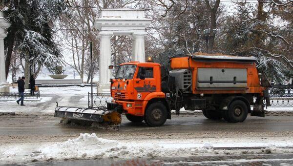 Техника БУ Севавтодор очищает улицы от снега