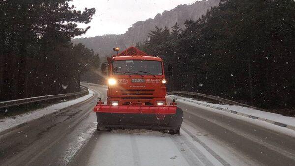 Техника ГУП Крымавтодор убирает снег с дороги