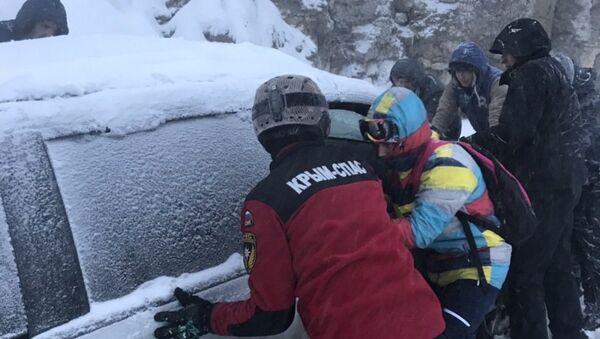 На плато Ай-Петри спасатели эвакуируют застрявших в автомобилях людей