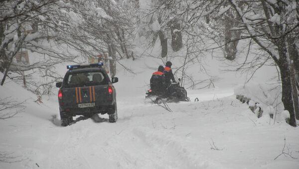 Автомобиль и снегоход сотрудников МЧС на дороге на плато Ай-Петри