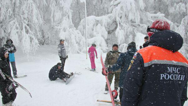 Сотрудники МЧС общаются с туристами во время рейда на плато Ай-Петри