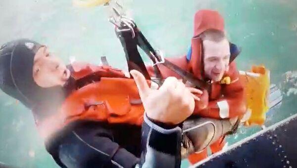 Сотрудник турецкой береговой охраны и спасенный моряк, Турция