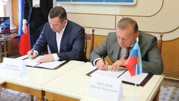 Глава администрации Ялты Алексей Челпанов и глава администрации Луганска Манолис Пилавов подписали соглашение об установлении между городами дружественных отношений