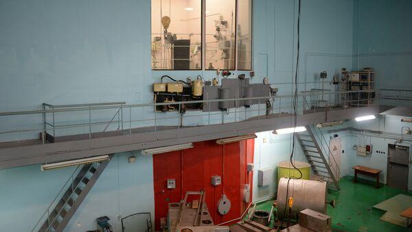 Ядерный реактор находится за выкрашенной красным цветом стеной
