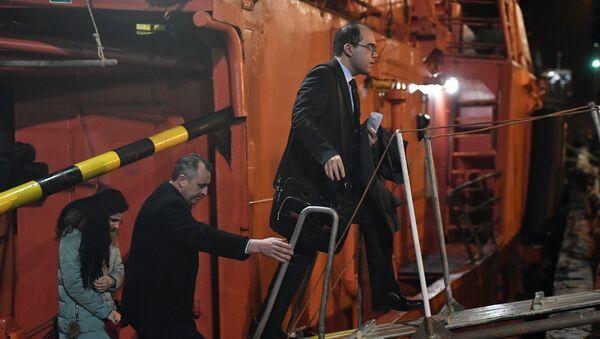 Генеральный консул Турции в городе Новороссийске Юнус Эмре Озигджи (справа) в торговом порту Керчи, куда доставлены моряки, пострадавшие в результате пожара на судах в Керченском проливе. 22 января 2019