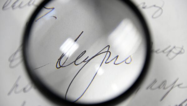 Эксперт-почерковед за работой