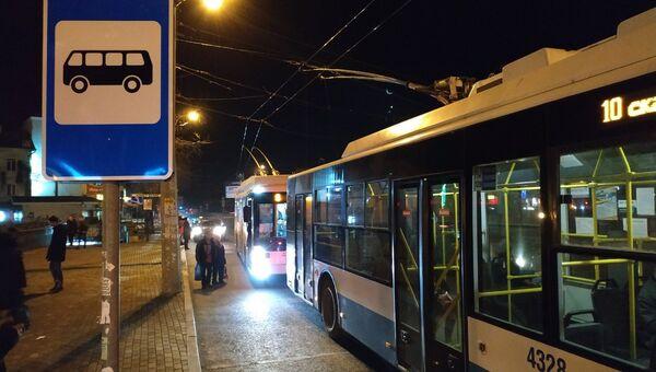 Троллейбусы остановились из-за обрыва контактного провода на перекрестке улиц Козлова и Севастопольская в Симферополе. 24 января 2019