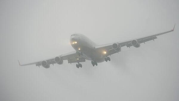 Самолет во время посадки в сложных метеоусловиях. Архивное фото