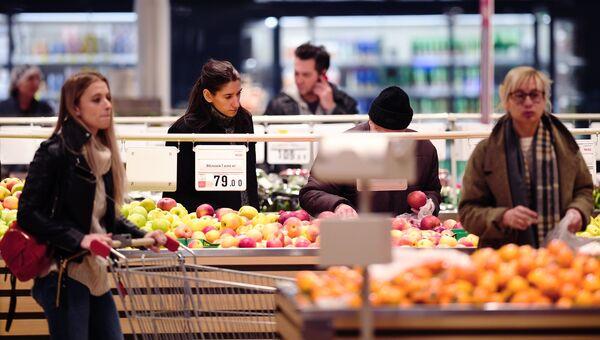 Покупатели у полок с фруктами в одном из гипермаркетов. Архивная фото