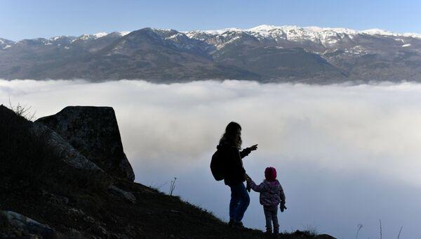 Девушка с ребенком на горе Аю-Даг в Крыму.