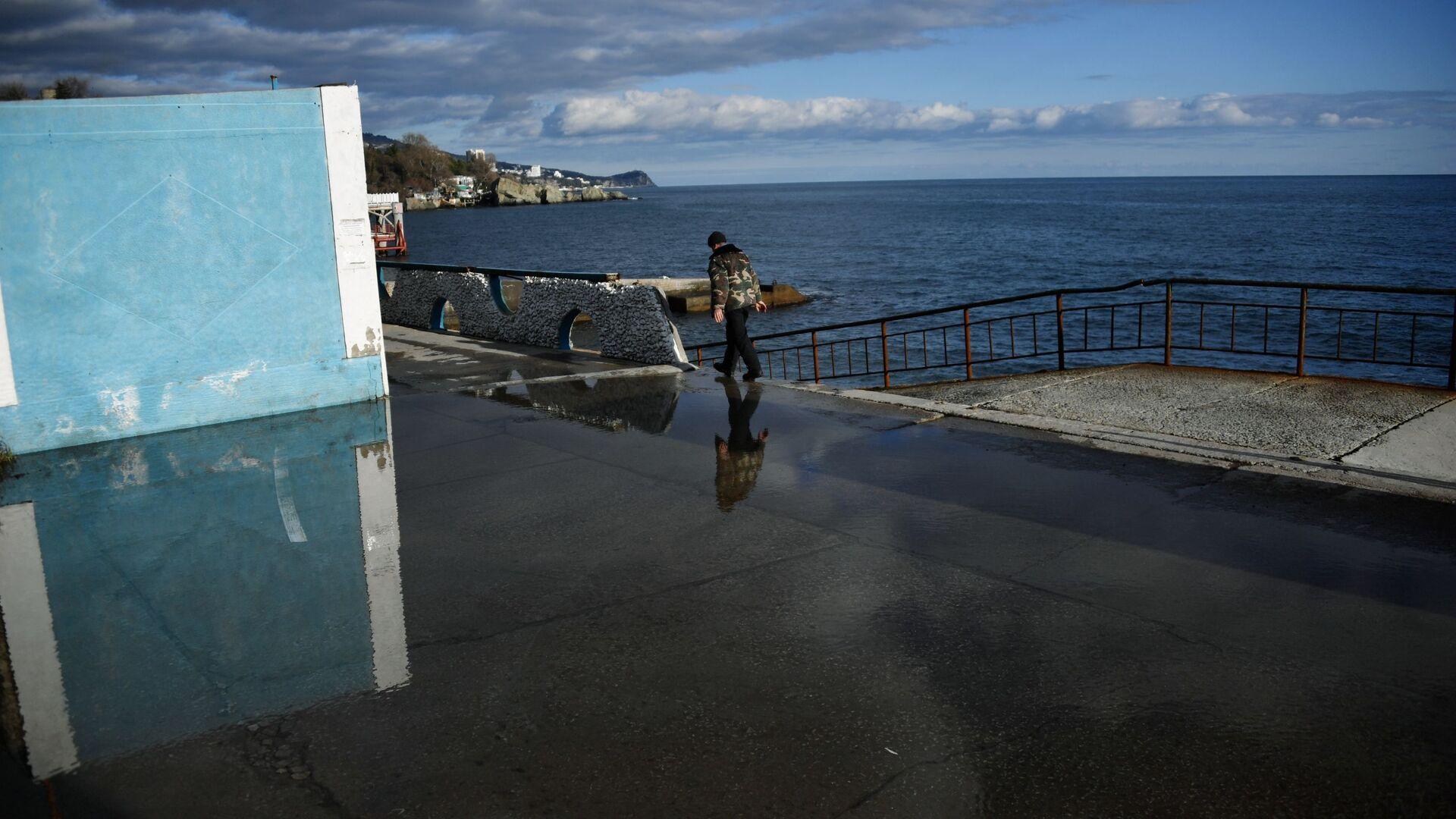 Мужчина на набережной в Алупке в Крыму - РИА Новости, 1920, 02.04.2021