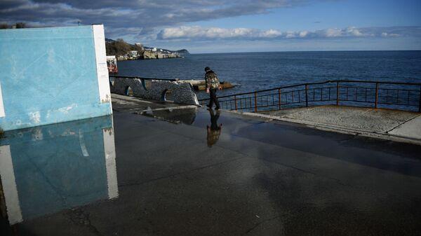 Мужчина на набережной в Алупке в Крыму