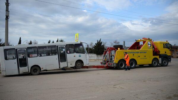 Эвакуатор грузовых автомобилей ГБУ Севастопольский Автодор во время работы