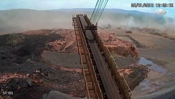 Момент прорыва плотины в Бразилии, спровоцировавший смертельные оползни