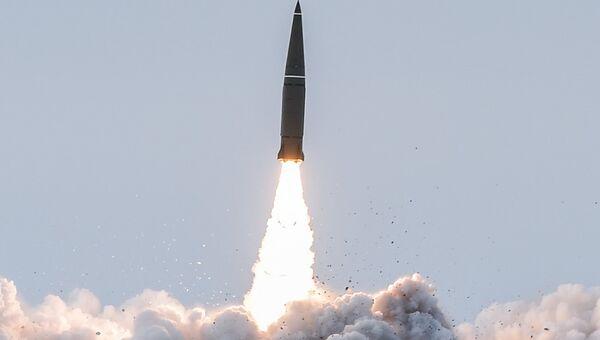 Пуск баллистической ракеты оперативно-тактического ракетного комплекса (ОТРК) Искандер-М