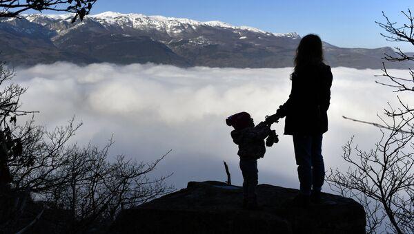 Девушка с ребенком на горе Аю-Даг в Крыму