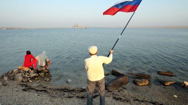 Жители Крыма с флагом России. Архивное фото