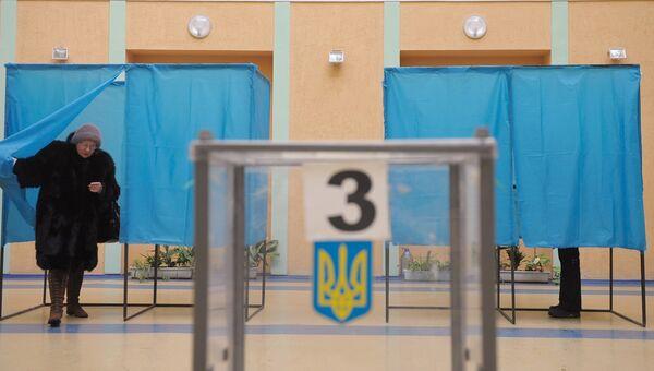 Жительница Киева во время голосования на одном из избирательных участков города