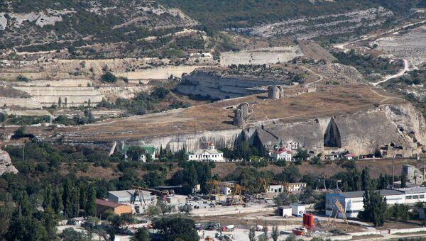 Вид на Монастырскую гору, на вершине которой возвышаются руины крепости Каламита. Ниже, в скальном массиве, - Свято-Климентовский пещерный монастырь