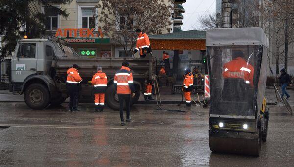 Сотрудники МБУ Город проводят ямочный ремонт в Симферополе