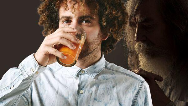 Молодой человек пьет сок