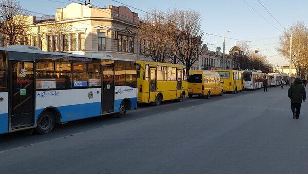 Автомобильные заторы парализовали центральную часть крымской столицы