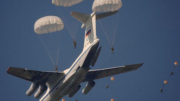 Десантирование личного состава, боевой техники и грузов в ходе одного из этапов командно-штабных учениий с 31-ой отдельной гвардейской  воздушно-десантной бригадой в Рязанской области, 2006 год