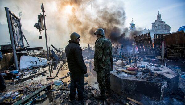 Сторонники оппозиции на площади Независимости в Киеве, где произошли столкновения митингующих и сотрудников милиции