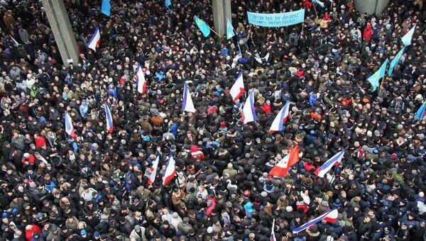 События 26 февраля 2014 года возле здания крымского парламента