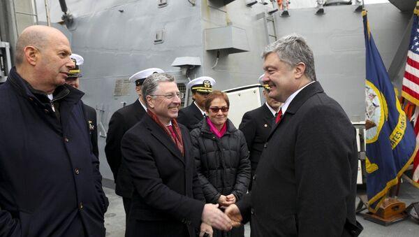 Президент Украины Петр Порошенко и спецпредставитель США в стране Курт Волкером на американском эсминце Дональд Кук в Одессе. 26 января 2019