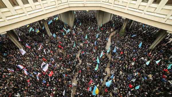 Участники массового митинга Встань на защиту Крыма у здания Верховной Рады Крыма в Симферополе. 26 февраля 2014