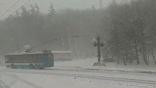 Снегопад на трассе Симферополь-Ялта в районе Ангарского перевала