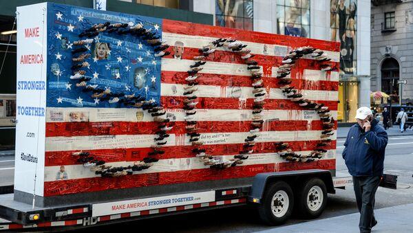 Скульптурная композиция художника Дэвид Датуна перед зданием Трамп-тауэр в Нью-Йорке