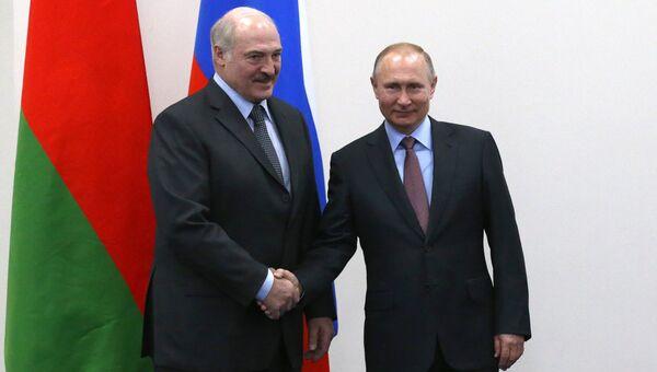 Президент РФ Владимир Путин и президент Белоруссии Александр Лукашенко (слева). Архивное фото