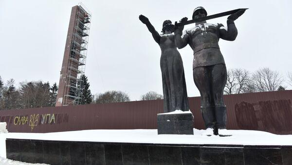 Демонтаж стелы Монумента Славы в Центральном парке культуры и отдыха во Львове