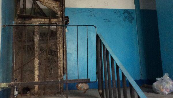 Заместитель председателя комитета ГС РК по строительству и ЖКХ Валерий Аксенов посетил с проверкой дома №1а по улице Мате Залки в Симферополе