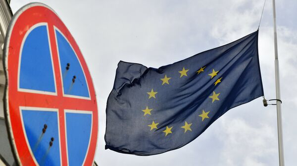 Флаг ЕС у здания представительства Европейского Союза в Москве