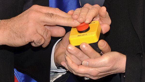 Кнопка перезагрузки в руках глав МИД России и США Сергея Лаврова и Хиллари Клинтон