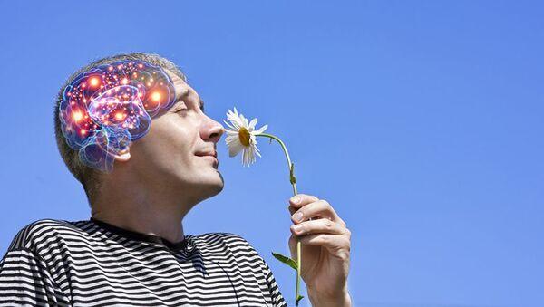 Мужчина нюхает цветок