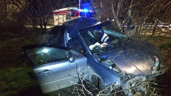 Опрокинувшийся в кювет в Керчи легковой автомобиль Mazda