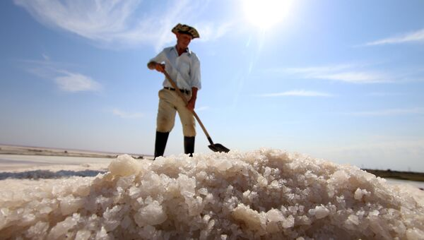 Добыча соли на озере Сасык-Сиваш
