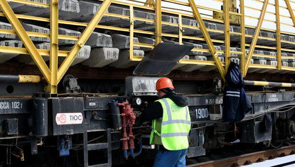 Рельсовые звенья, готовые к укладке на железнодорожной части Крымского моста