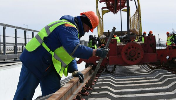 Укладка рельсовых звеньев на железнодорожной части Крымского моста