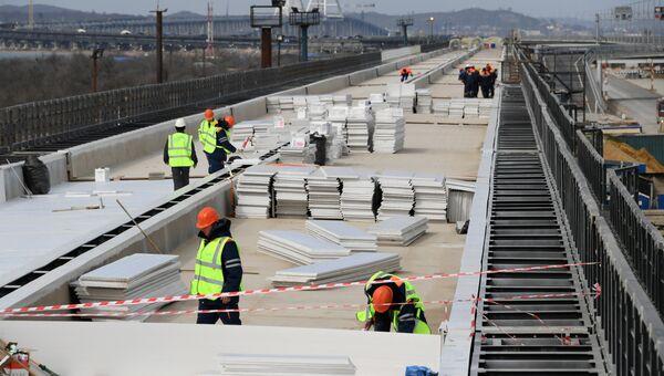 Подготовка к укладке рельсовых звеньев на железнодорожной части Крымского моста
