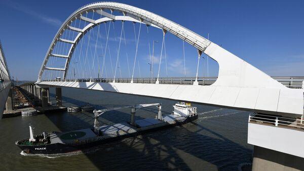 Проход судна под арками Крымского моста