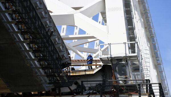 Строитель на железнодорожной арке Крымского моста