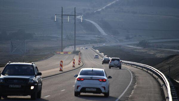 Автомобильное движение на участке трассы Таврида в Крыму