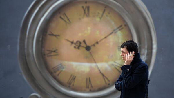 Мужчина на фоне часов